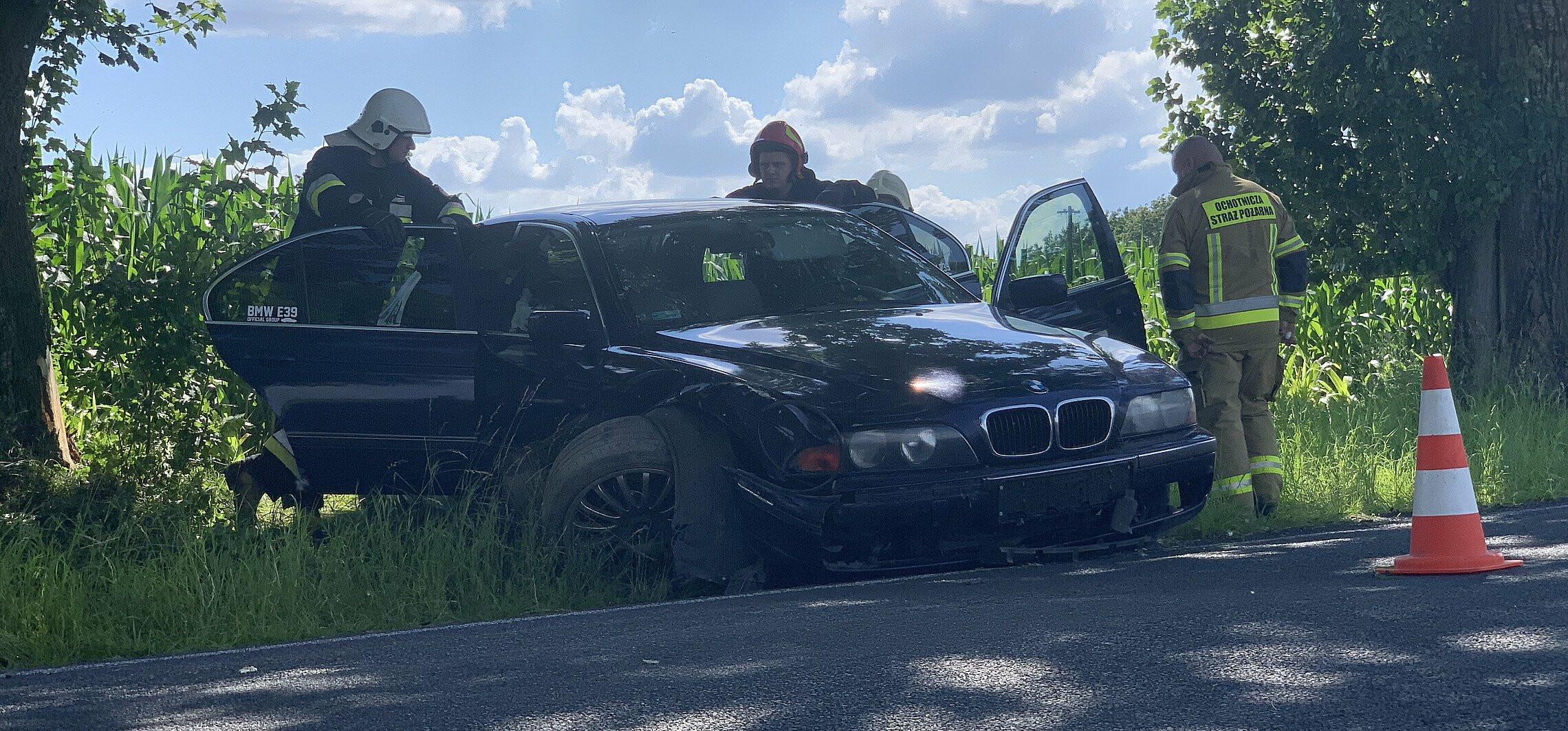 Złotniki Kuj. - BMW uderzyło w drzewo, kierowca uciekł