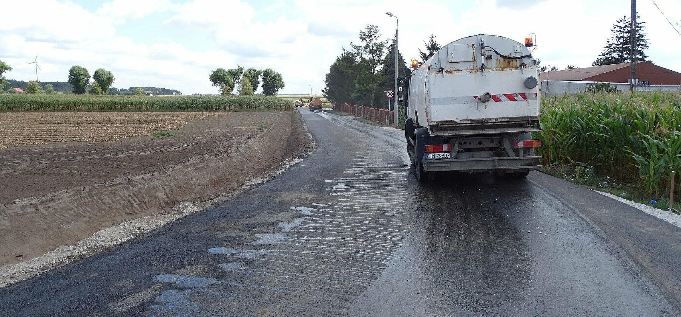 Nowy asfalt w Chełmiczkach