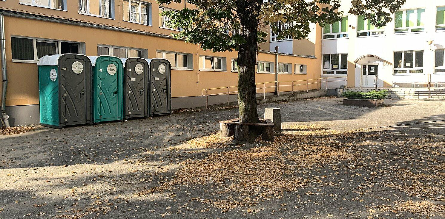 Inowrocław - W czasie pandemii uczniowie sikają w toi-toiach